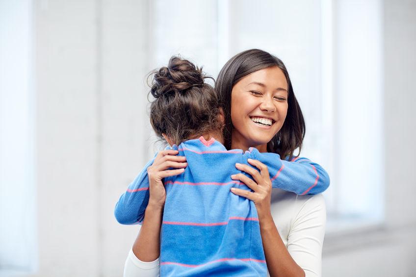 Empleada filipina con inglés bilingüe dando un abrazo a un niño - Empleada en casa