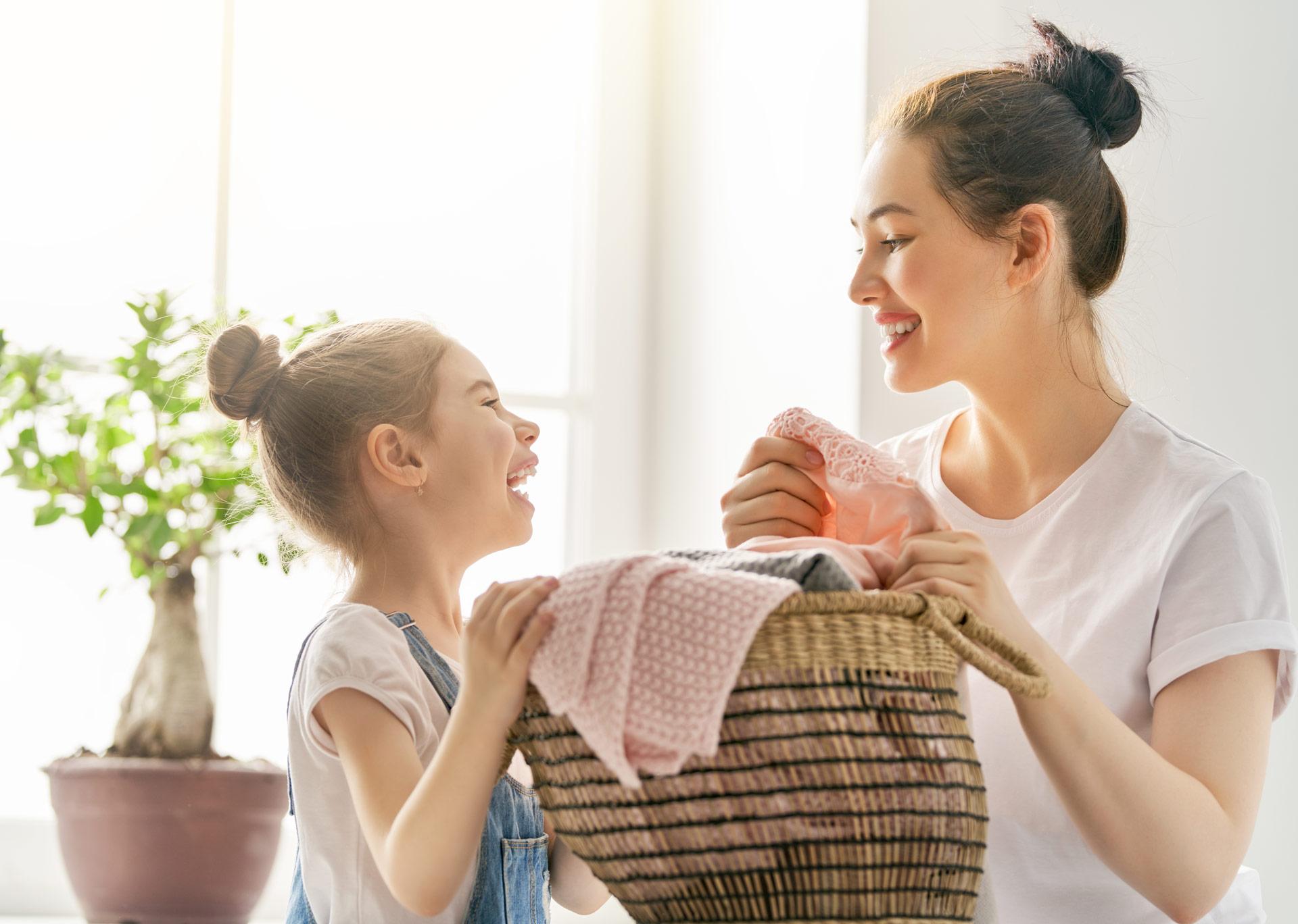 Agencia de servicio doméstico en Madrid que se encarga tanto del cuidado de los niños como de la casa - Empleada en casa