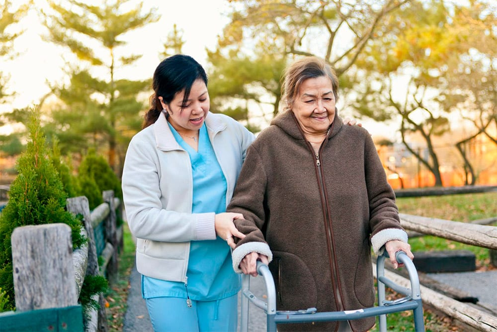 Nuestras empleadas acompañan a nuestros mayores en sus quehaceres diarios - Empleada en casa
