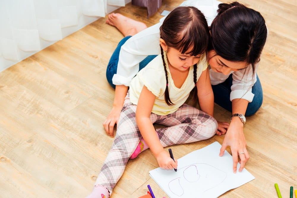 Empleada doméstica filipina cuidando y jugando con un niño - Empleada en casa