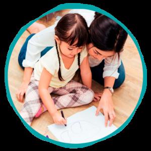 Asistencia a los niños para que pinten y jueguen-Empleada en casa