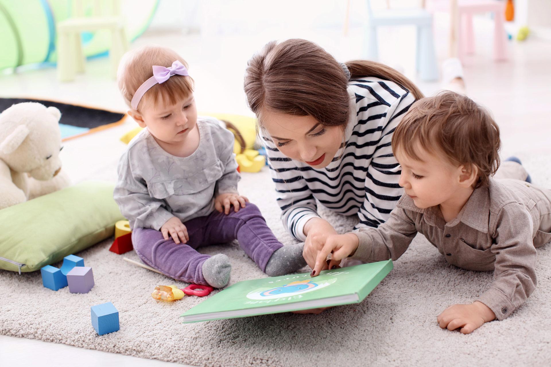 Empleadas que se encargan del cuidado de los niños con cuentos y juegos-Empleada en casa