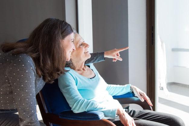 Ventajas de contratar a una cuidadora para niños y personas mayores